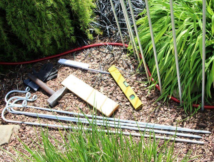 Gants, mètre, marteau env. 1,5 kg, niveau d'eau, tuyau, planche, .... et vous êtes prêt à partir.