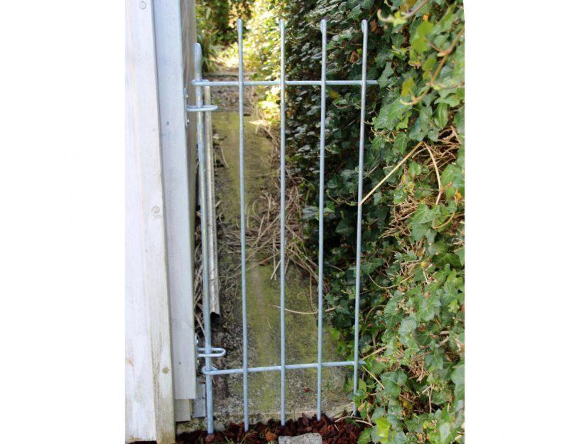 Befestigung des Gartenzauns anneau-115-verzinkt (rostet nicht) mit 2 Wandhaltern an einer Holzwand.